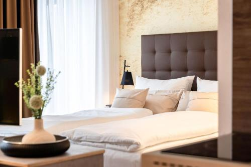 A bed or beds in a room at H23 Boardinghotel