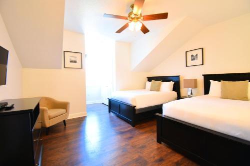 Cama o camas de una habitación en Reunion by 1791 Vacation Experience