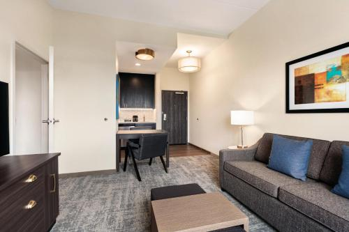A seating area at Homewood Suites By Hilton Horsham Willow Grove