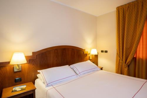 A bed or beds in a room at Cresta Et Duc Hotel