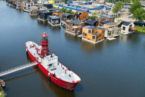 Een luchtfoto van Lightship Amsterdam
