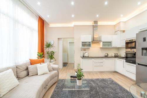 Kuchyň nebo kuchyňský kout v ubytování Modern, Quiet & Cozy Apartment in the middle of Downtown near Danube at Fashion street