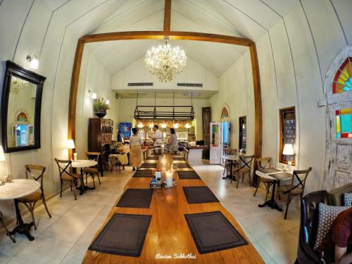 A restaurant or other place to eat at Tharaburi Resort