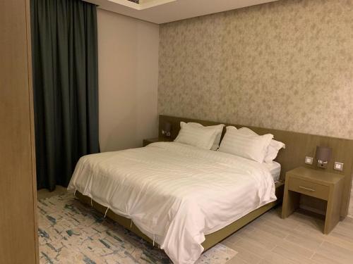 Cama ou camas em um quarto em 180 Executive Suites AlNarjes