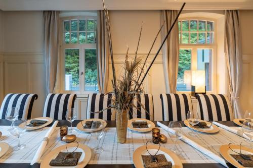 Ein Restaurant oder anderes Speiselokal in der Unterkunft Villa Waldesruh