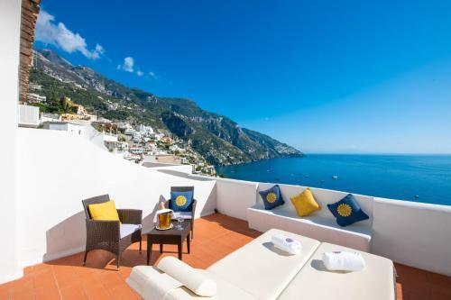A balcony or terrace at La Casa di Peppe Guest House & Villa