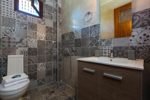 A bathroom at Elisa Villa