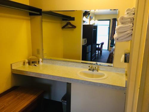 A bathroom at Budget Inn Caravan Motel