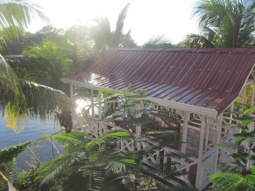 Vista sulla piscina di Easy Inn Hotel o su una piscina nei dintorni