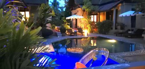 Der Swimmingpool an oder in der Nähe von Montra Hotel