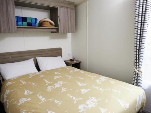 A bed or beds in a room at Holiday Home Thorpe Park-3