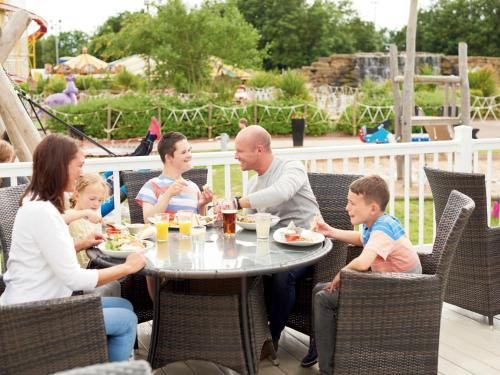 A family staying at Holiday Home Thorpe Park-6