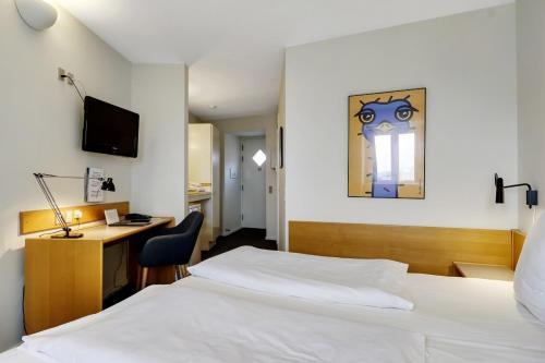 En eller flere senge i et værelse på Hotel Garni