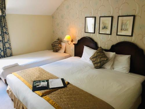 A bed or beds in a room at Kingston Lodge Hotel