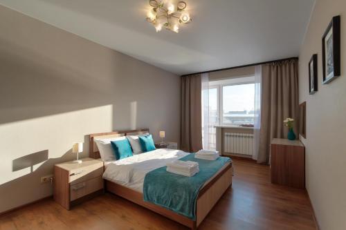 A bed or beds in a room at Оперный театр из окна, Площадь Ленина, премиум апартаменты RentHouse в самом центре