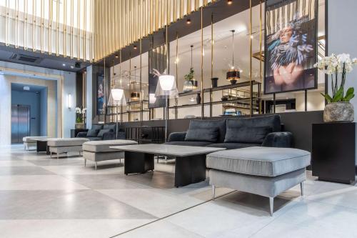 הלובי או אזור הקבלה ב-Radisson Blu Hotel Prague