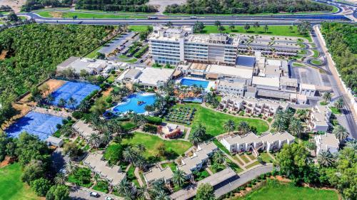 Een luchtfoto van Radisson Blu Hotel & Resort, Al Ain