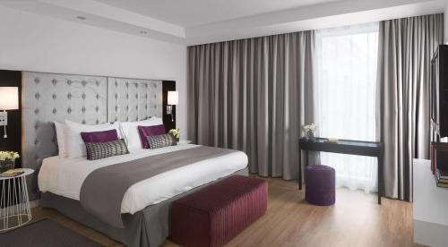 A bed or beds in a room at Radisson Blu Hotel East Midlands Airport