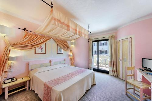 A bed or beds in a room at Grand Hotel Smeraldo Beach