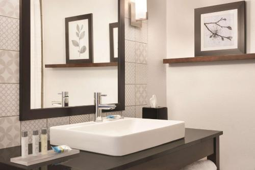 A bathroom at Country Inn & Suites by Radisson, Springfield, IL