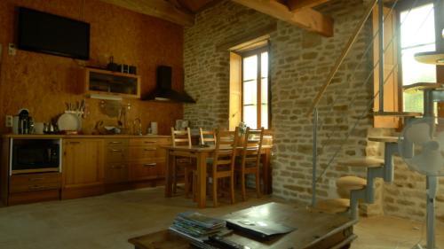 A kitchen or kitchenette at gîte de la Cabotte