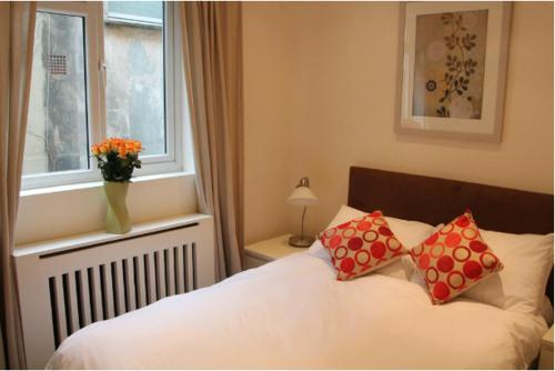 A bed or beds in a room at Oxbridge Apartments
