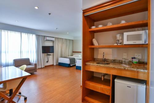 A cozinha ou cozinha compacta de eSuites Sorocaba by Atlantica