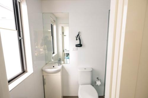 A bathroom at Melbourne Central YHA