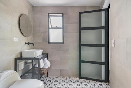 A bathroom at 574 Hotel