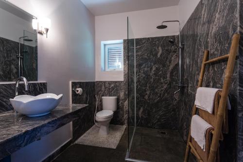 A bathroom at Au Cabaret Vert