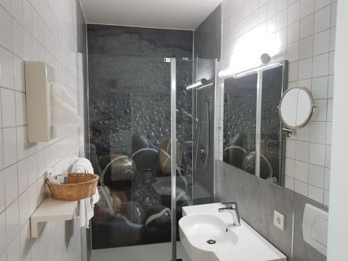 A bathroom at Hotel Gasthof Traubenbräu