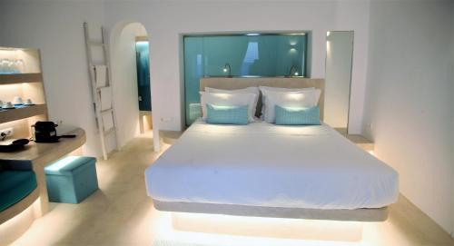 A bed or beds in a room at Mykonos Moussa
