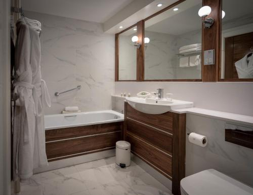A bathroom at The Lakeside Hotel & Leisure Centre