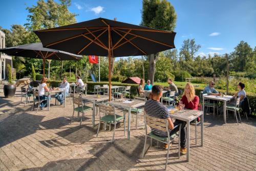 A restaurant or other place to eat at Stayokay Hostel Dordrecht - Nationaal Park De Biesbosch