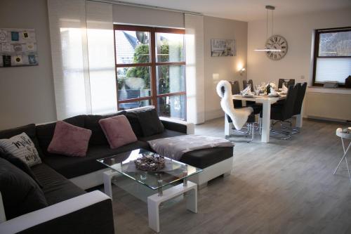 A seating area at Bergkristall direkt am Bikepark und Skigebiet, 2 Schlafzimmer, Terrasse, abschließbarer Keller