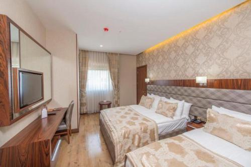 سرير أو أسرّة في غرفة في فندق ميدمار