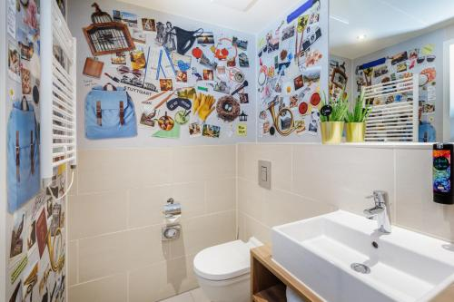 A bathroom at the niu Mesh