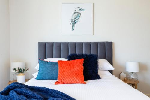 A bed or beds in a room at Stylish apartment minutes from city and airport