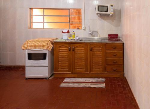 A kitchen or kitchenette at Casa central em Bonito-MS