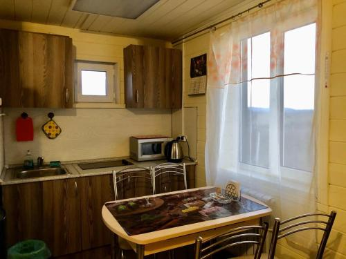 Кухня или мини-кухня в Holiday Home on Tsentralnaya 1A