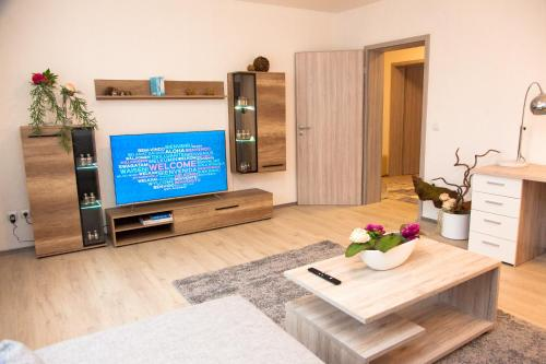 A television and/or entertainment centre at Luft Apartments nahe Messe Düsseldorf und Airport 2B