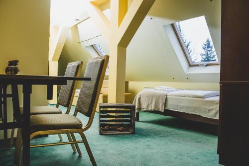 Łóżko lub łóżka w pokoju w obiekcie Dworek Karłów