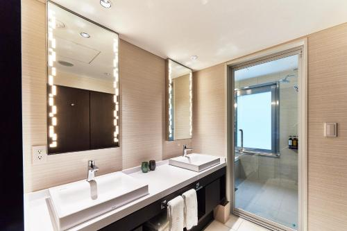 A bathroom at The Gate Hotel Tokyo by Hulic