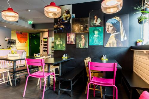 A restaurant or other place to eat at Qbic Hotel WTC Amsterdam