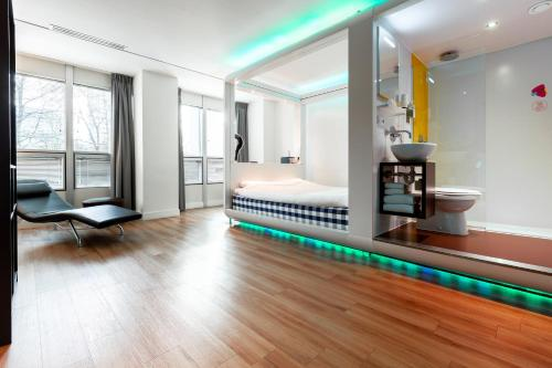 A seating area at Qbic Hotel WTC Amsterdam