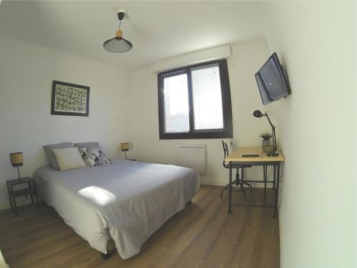 A bed or beds in a room at Superbe appartement, 3 chambres, gare St Charles