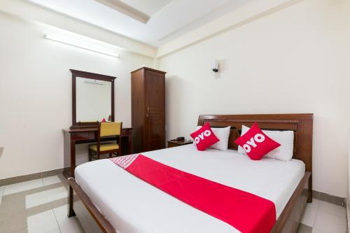 A bed or beds in a room at OYO 568 Hoang Long