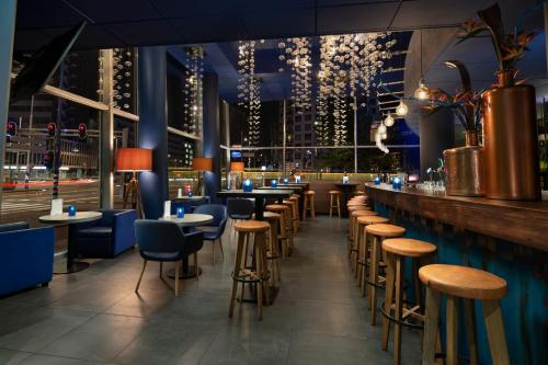 The lounge or bar area at Inntel Hotels Rotterdam Centre