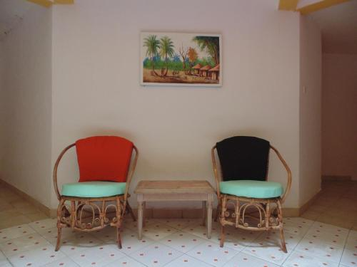 A seating area at Hotel Restaurant les Polygones