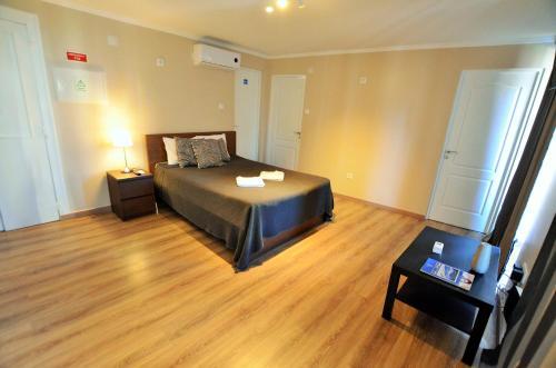 Uma cama ou camas num quarto em Suites & Apartments - DP Setubal